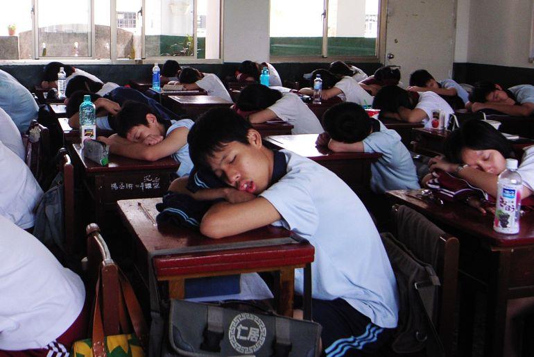 Taiwanese_Junior_High_School_Students_Sleeping_in_School_2007-10-09.jpg